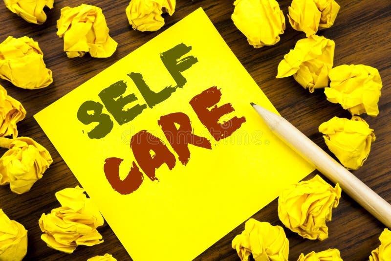 Ord som skriver självomsorg Affärsidé för att ta att att bry sig för egen hälsa som är skriftlig på klibbigt anmärkningspapper, t arkivbilder