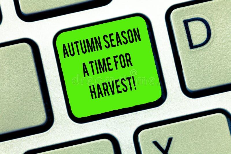 Ord som skriver text Autumn Season en Tid för skördaffärsidéen för bästa tid för jordbruksdrifttangentbord royaltyfri foto