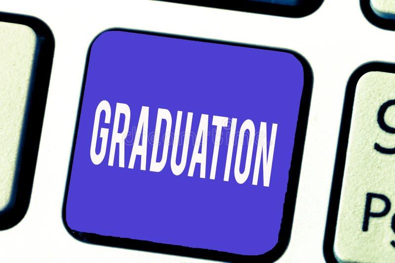 Ord som skriver textavläggande av examen Affärsidé för att motta eller att tilldela av diplomattesteringen för akademisk grad royaltyfri fotografi