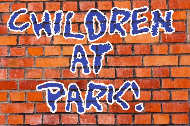Ord som skriver textbarn på Park Affärsidéen för ställe planlade specifikt att möjliggöra barn spelar där tegelsten arkivfoto