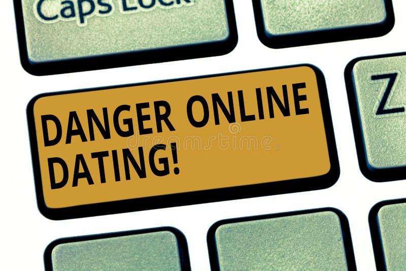 Ord som skriver textfara online-datummärkning Affärsidé för risken av mötet eller att datera visa möte direktanslutet arkivfoton