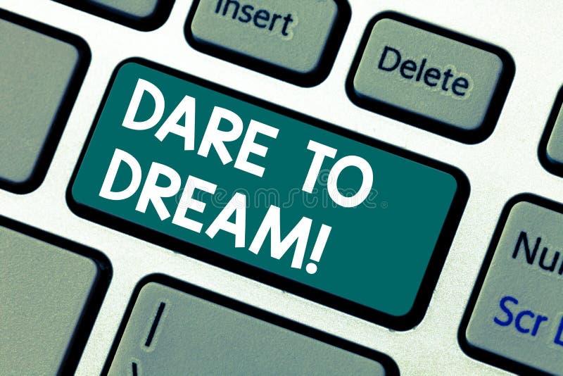 Ord som skriver textutmaning att drömma Affärsidéen för gör för att inte vara rädd av har det stora tangentbordet för ambitionmål arkivfoto