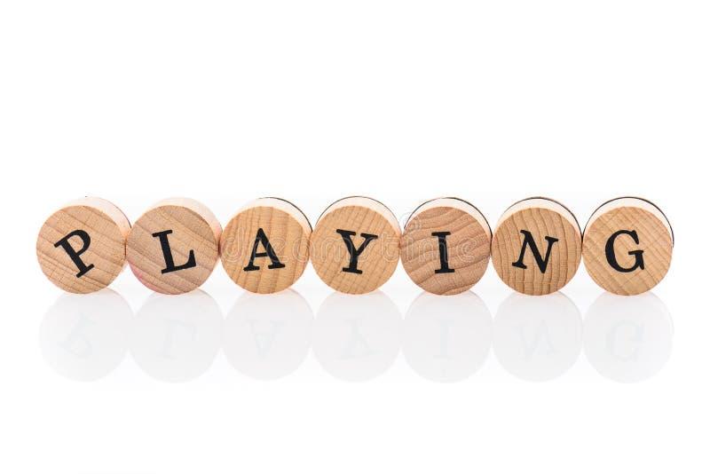Ord som spelar från runda trätegelplattor med bokstavsbarnleksaken royaltyfri fotografi