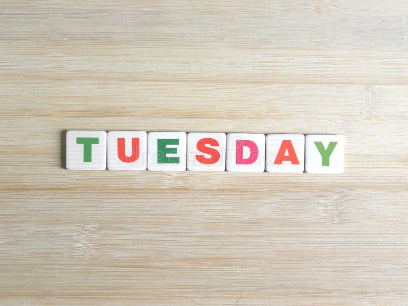 Ord tisdag på träbakgrund arkivfoton