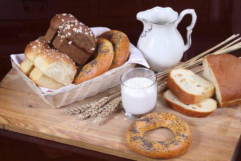 Ordeñe en un pan transparente del vidrio y de la mantequilla imágenes de archivo libres de regalías