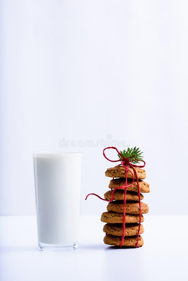 Ordeñe en un vidrio, galletas de la Navidad de la almendra Bocado sano de la mañana fotografía de archivo libre de regalías