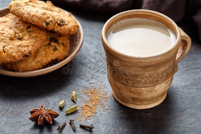 Ordeñe la bebida caliente sana orgánica de restauración hecha en casa tradicional del desayuno de la mañana del latte de chai del imagenes de archivo