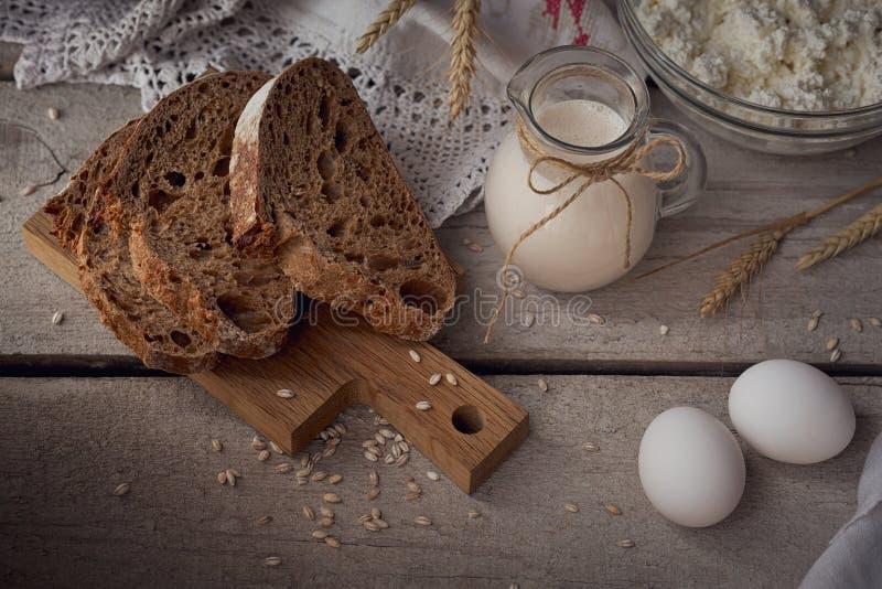 Ordeñe, requesón, crema agria, pan hecho en casa del multigrain, fre fotografía de archivo