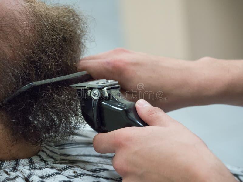 In orde makende baard met clippers in een Kapperswinkel royalty-vrije stock foto's