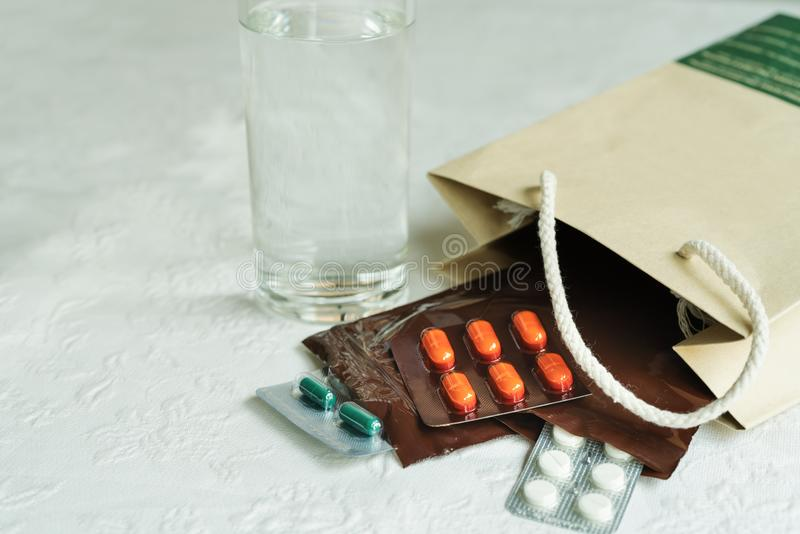 A ordem da prescrição do doutor de hospital com medicinas, droga no fecho de correr plástico ensaca para o paciente crônico com v imagem de stock