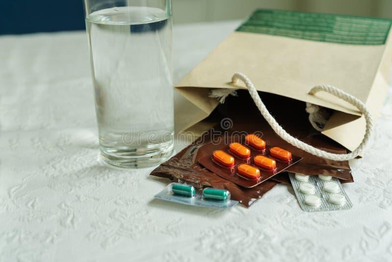 A ordem da prescrição do doutor de hospital com medicinas, droga no fecho de correr plástico ensaca para o paciente crônico com v imagem de stock royalty free