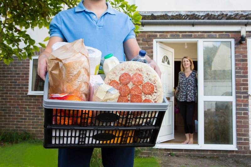 Ordem de Delivering Online Grocery do motorista imagens de stock