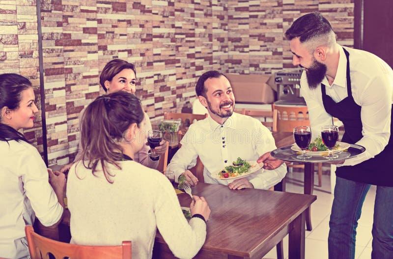 Ordem levando do garçom masculino para visitantes no restaurante do país fotografia de stock royalty free