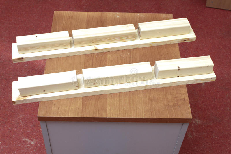 Orden de la fabricación y ensamblaje de los estantes de cristal fotografía de archivo