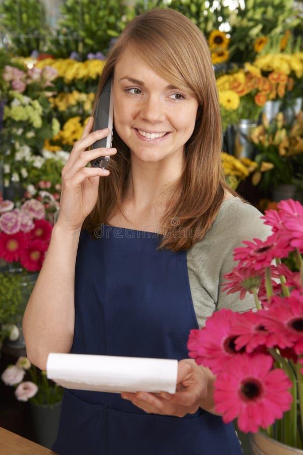 Orden de teléfono de In Shop Taking del florista fotografía de archivo