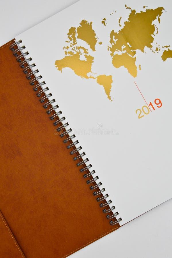orden del día de cuero marrón 2019 y mapa del mundo foto de archivo