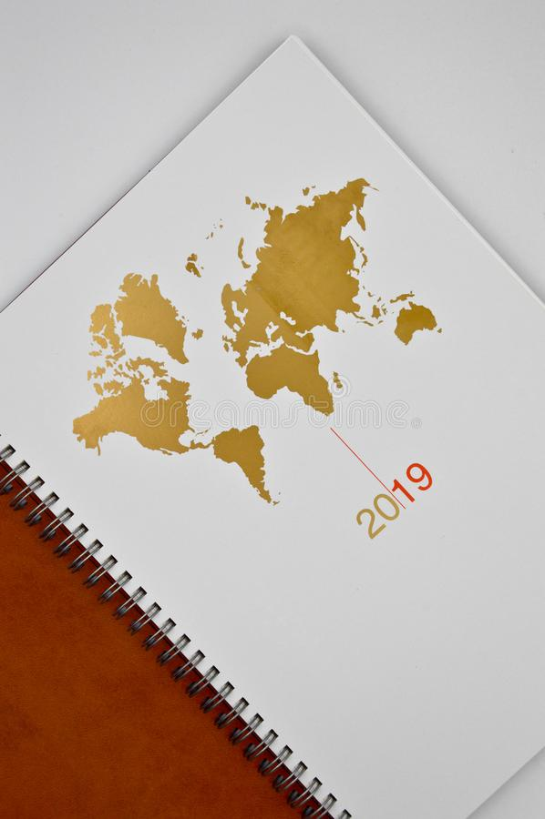 orden del día de cuero marrón 2019 y mapa del mundo imagen de archivo libre de regalías