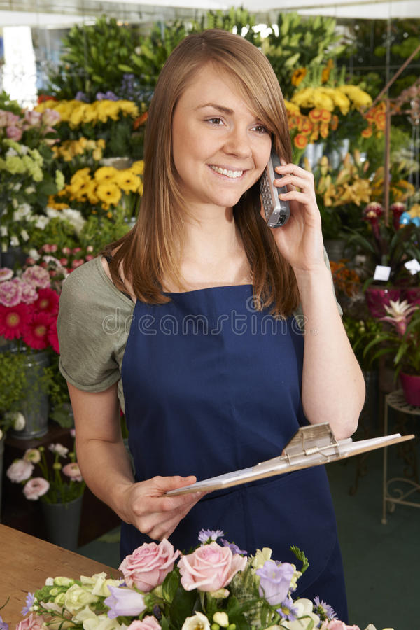 Orden del teléfono de In Shop Taking del florista para la entrega imágenes de archivo libres de regalías