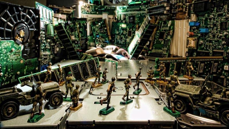 Ordenador bajo ataque del Cyber de los soldados de juguete imagen de archivo