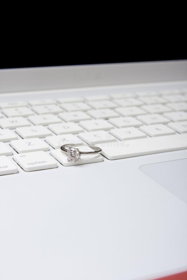 Ordenador con el anillo de diamante foto de archivo