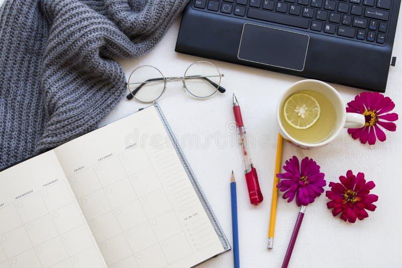 Ordenador con el planificador del cuaderno para el trabajo del negocio imagenes de archivo