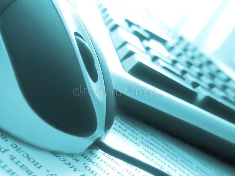 Ordenador con el ratón en la oficina imagenes de archivo