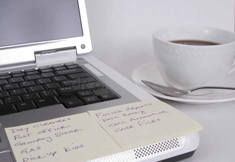 Ordenador con las notas y taza de café fotografía de archivo