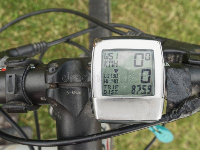 Ordenador de ciclo determinado en barras del mtb Sus exhibiciones una gama de datos del paseo fotografía de archivo libre de regalías