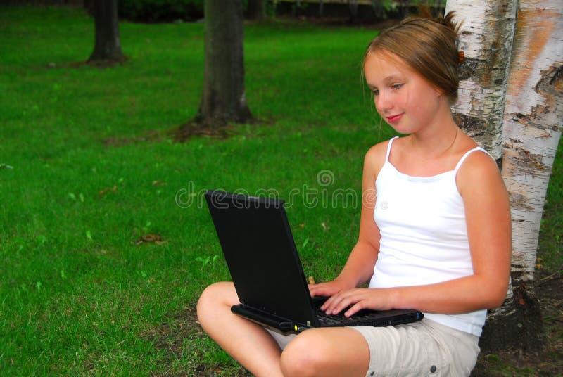 Ordenador de la muchacha fotos de archivo