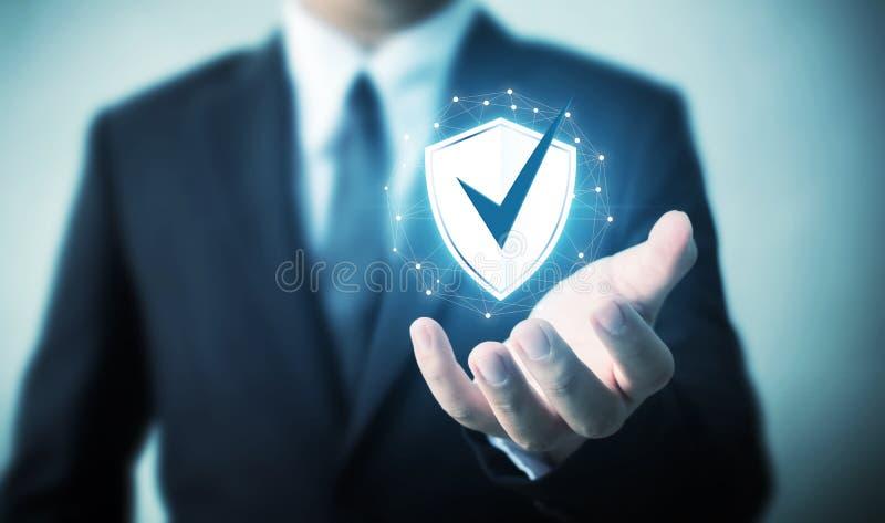 Ordenador de la seguridad de la red de la protección y seguro su concepto de los datos, icono del escudo de la tenencia del hombr imagenes de archivo