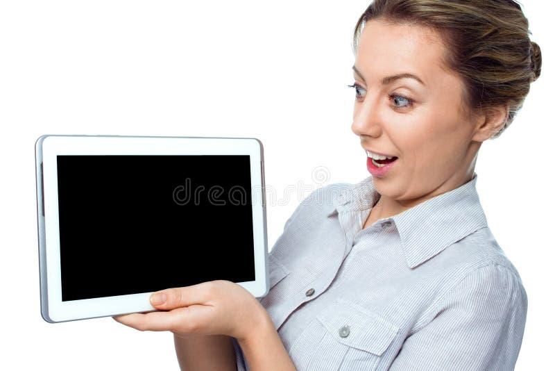 Ordenador de la tablilla Mujer femenina sorprendida emocional con PC digital de la tableta imagenes de archivo