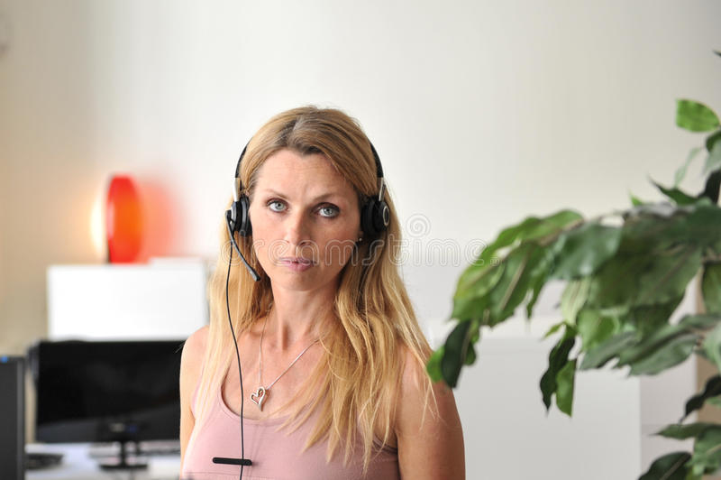 Ordenador De Las Auriculares De La Mujer Joven Fotografía de archivo libre de regalías
