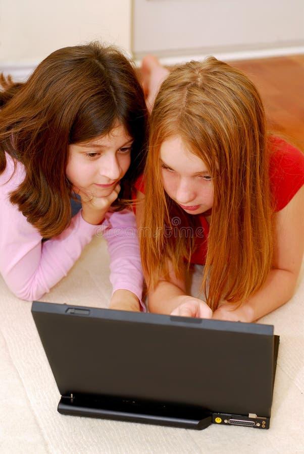 Ordenador de las muchachas fotos de archivo libres de regalías
