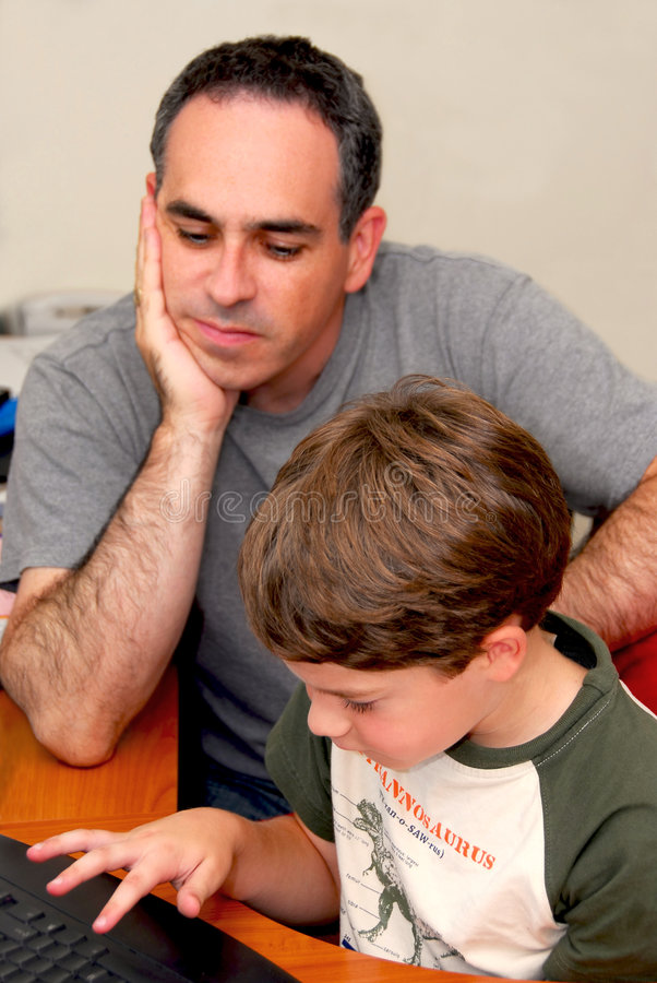 Ordenador del hijo del padre imagen de archivo libre de regalías