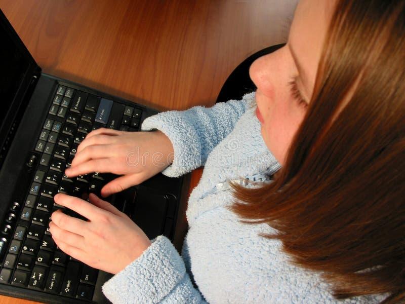 Ordenador del niño de la muchacha fotografía de archivo libre de regalías