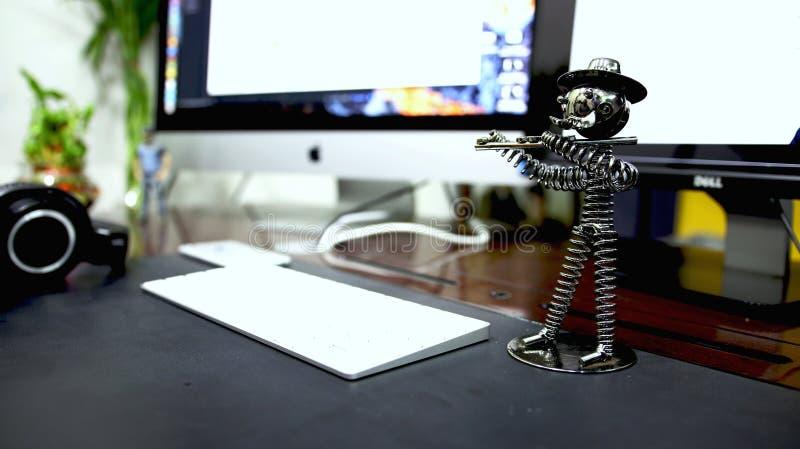 Ordenador en el escritorio con el juguete imágenes de archivo libres de regalías