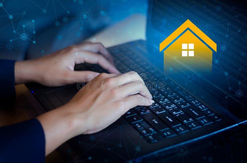Ordenador en línea de Real Estate del teclado de la agencia inmobiliaria real foto de archivo libre de regalías