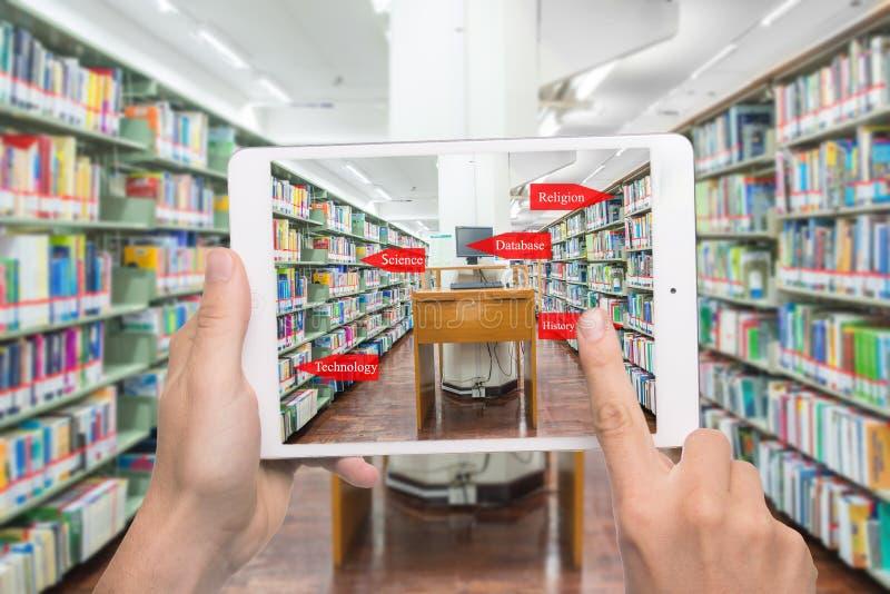 Ordenador en un concepto libAugmented de la educación de la realidad Holdi de la mano fotografía de archivo libre de regalías