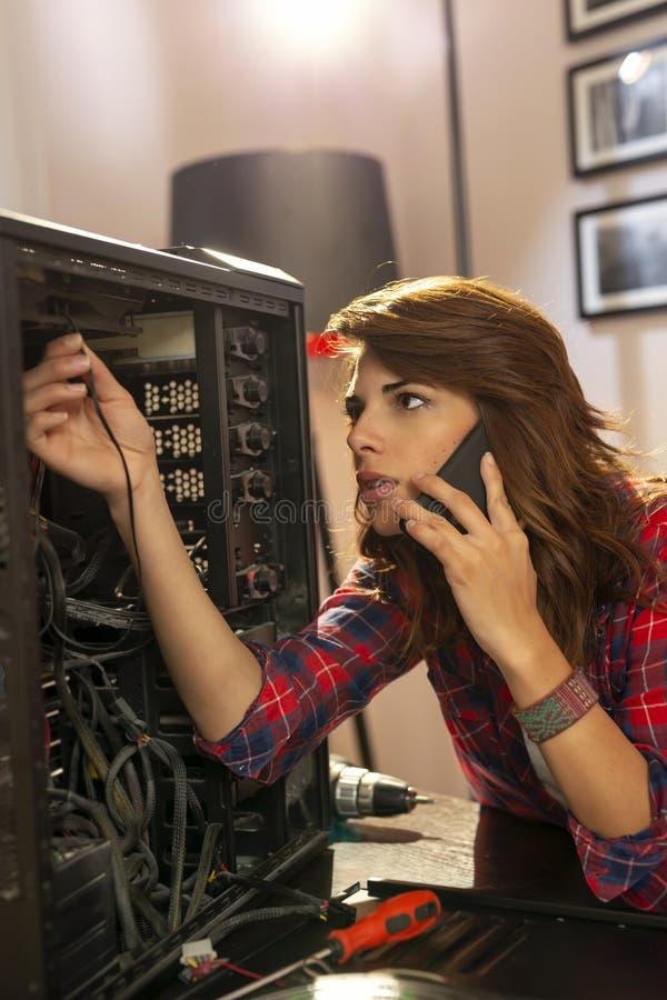 Ordenador femenino de la creación del especialista de las TIC fotografía de archivo