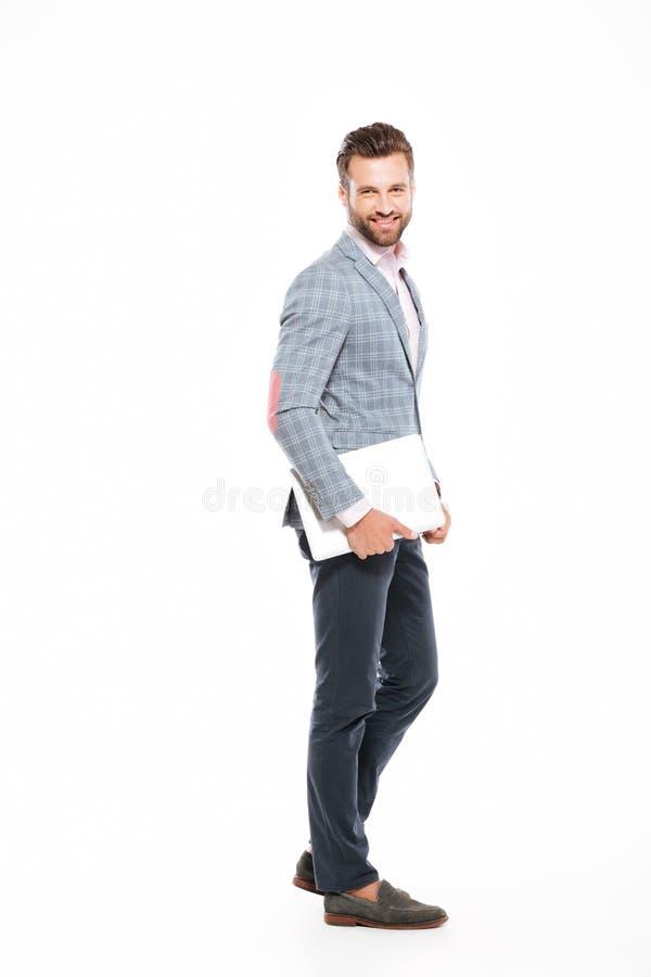 Ordenador portátil aislado situación feliz del hombre joven fotografía de archivo