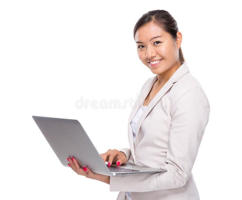 Download Ordenador Portátil Asiático Del Uso De La Mujer De Negocios Imagen de archivo - Imagen de coreano, laptop: 42442895