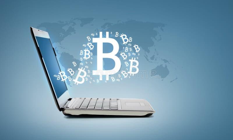 Ordenador portátil con el bitcoin fotos de archivo libres de regalías