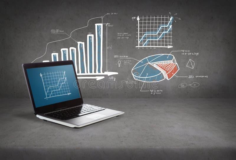 Ordenador portátil con el gráfico en la pantalla imagen de archivo