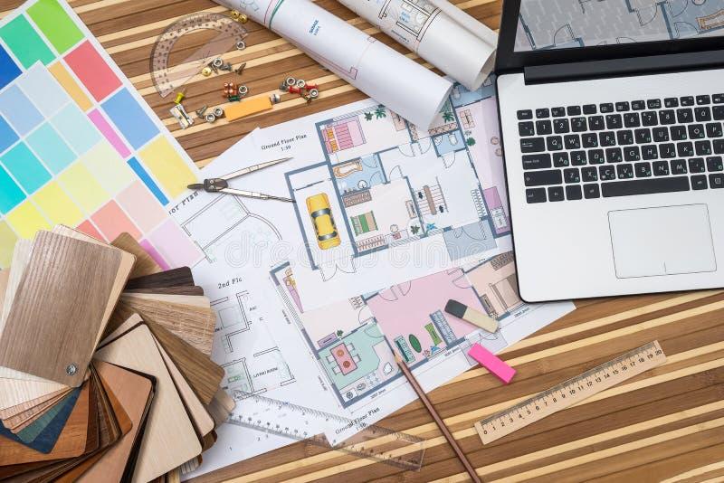 Ordenador portátil con el plan de los cuartos del apartamento fotografía de archivo