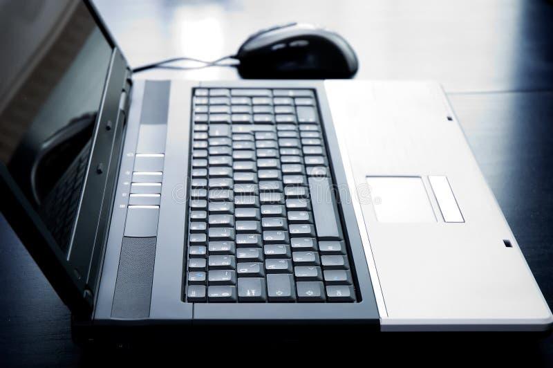 Ordenador portátil con el ratón fotografía de archivo libre de regalías
