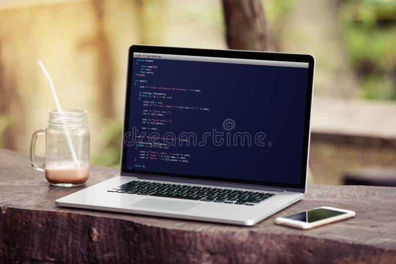 Ordenador portátil con la codificación y la programación para el concepto del desarrollo web y del diseño web en la pantalla en e foto de archivo