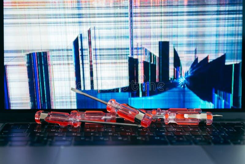 Ordenador portátil con la pantalla agrietada imagen de archivo libre de regalías