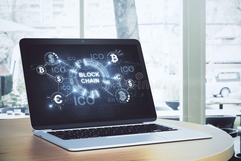 Ordenador portátil con la pantalla del blockchain foto de archivo