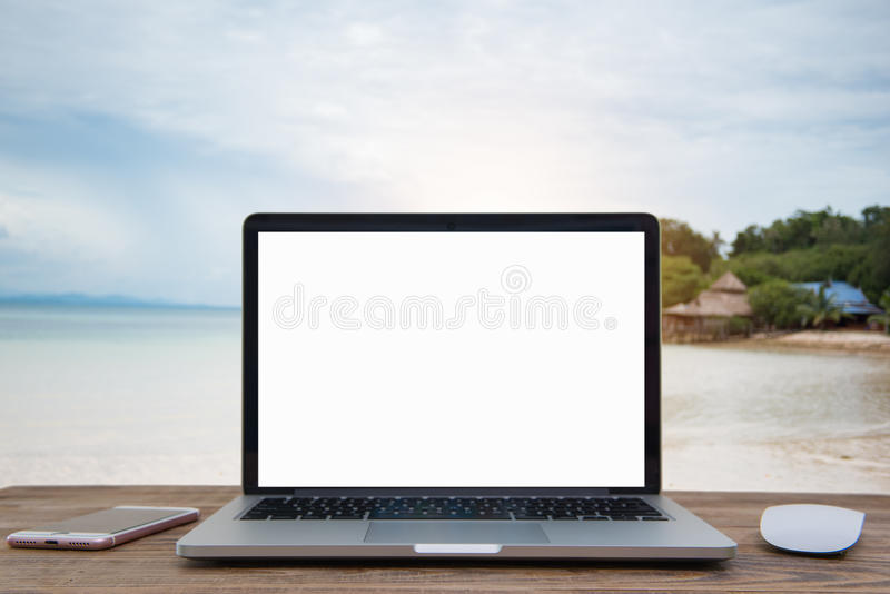 Ordenador portátil con la pantalla en blanco en la tabla de verano de la falta de definición imagen de archivo