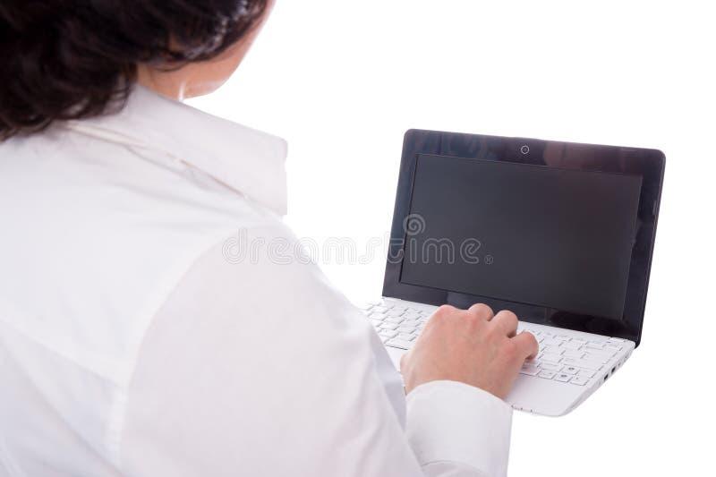 Ordenador portátil con la pantalla en blanco en las manos femeninas aisladas en blanco fotografía de archivo